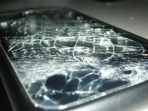 強悍的iphone 3g 螢幕裂了也照用!